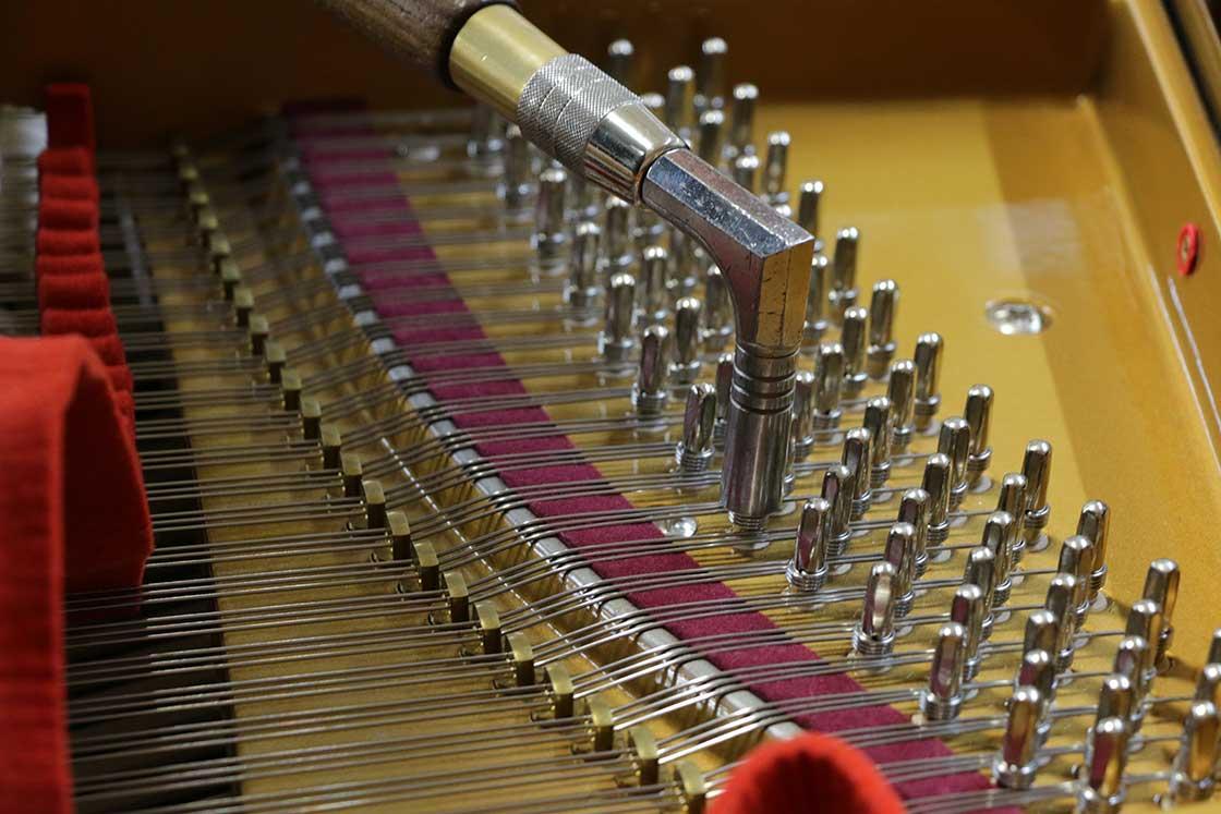 ひとつの鍵盤には1〜3本の弦が張られている。調律では、3本の弦が張られていたら、その3本すべてを同じ音に合わせ、1音を創る
