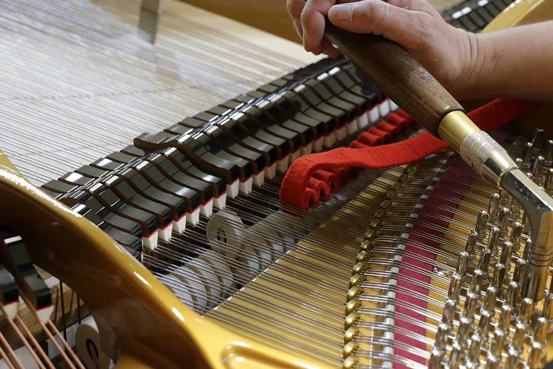 打弦距離を調節する基準を取るためにゲージを使用する