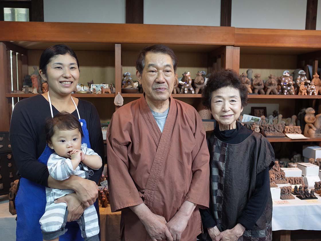 木の葉猿窯元の8代目川俣早絵さん、7代目永田禮三さん、英津子さん