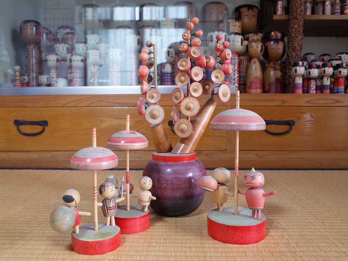 警泥、鬼退治などをモチーフにした独楽を回すと動き出す玩具