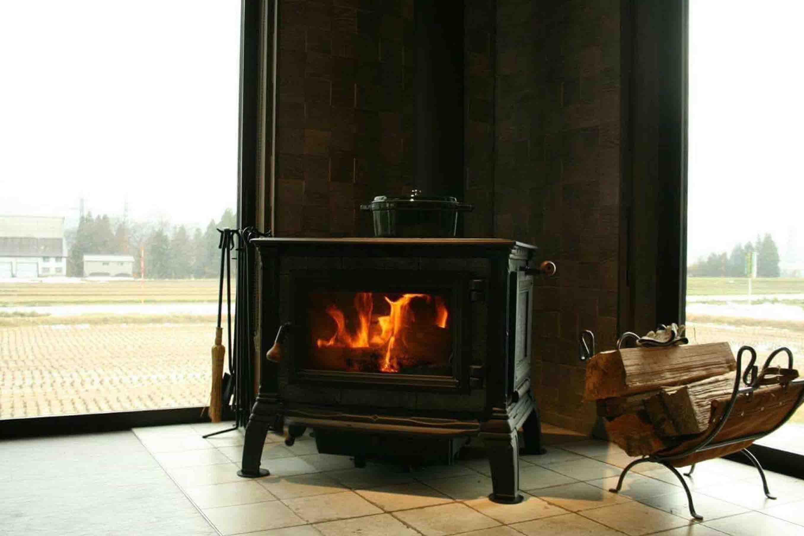 暖炉の置かれたエントランス