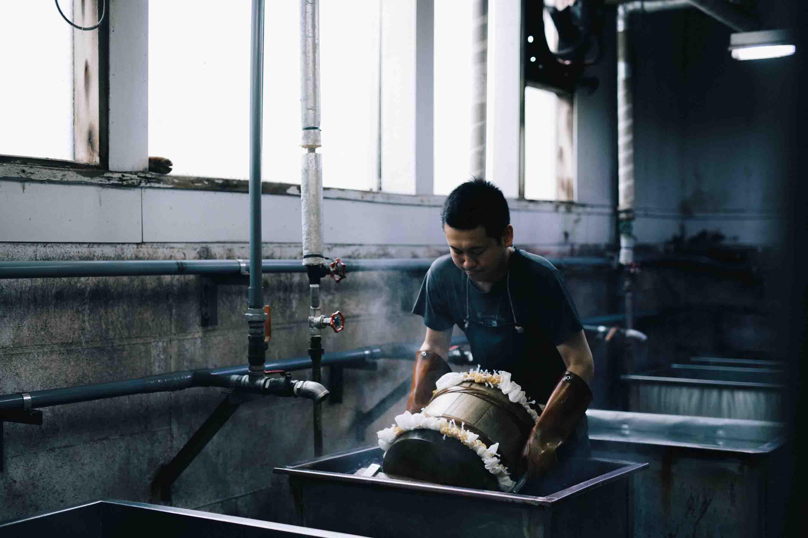 樽を使って染めたい部分だけを樽の外に出し、染色液に浸けていきます