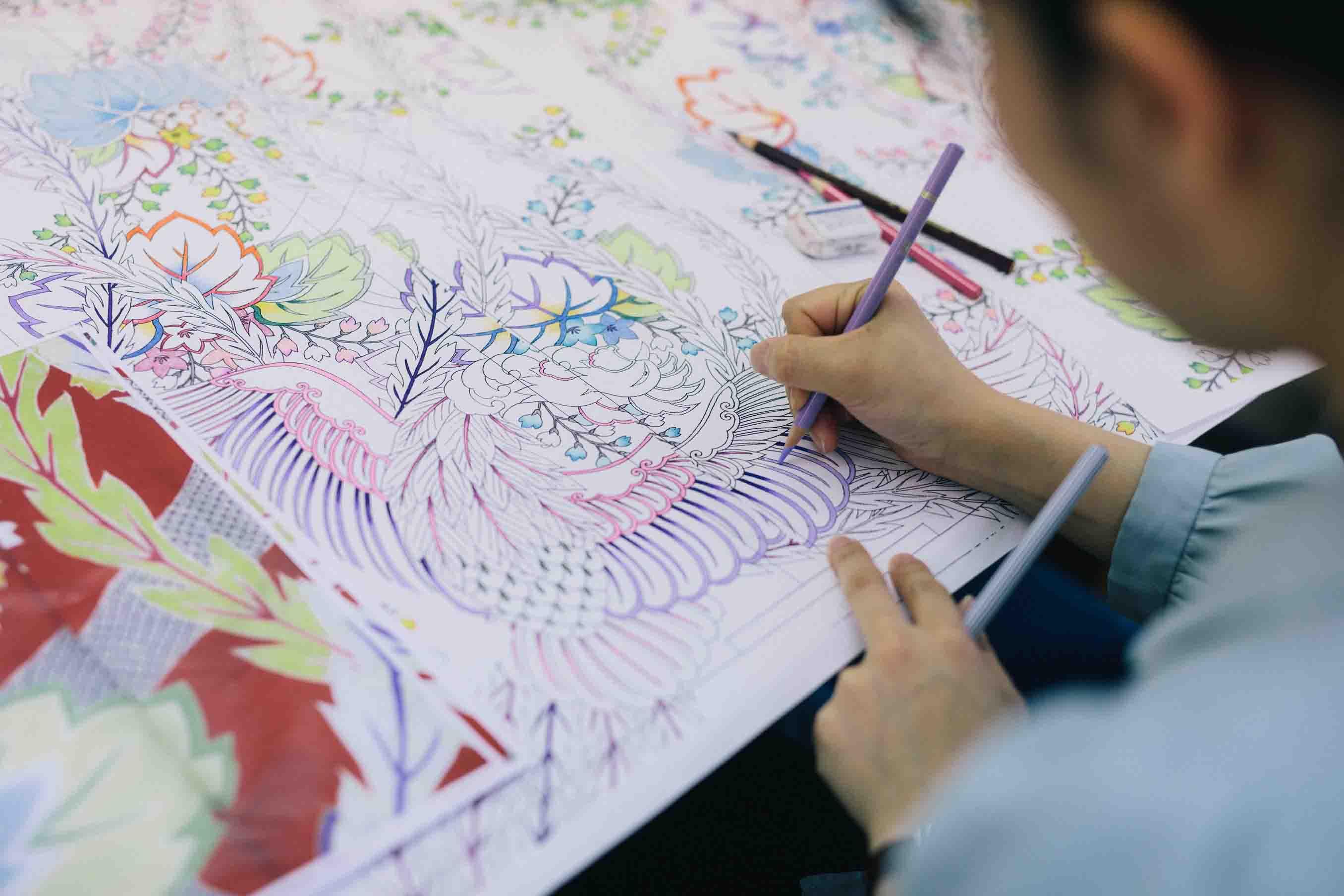 創案工程で、柄の色を指定しているところ。色味だけでなく、ぼかし方なども全て原寸大で描き出します