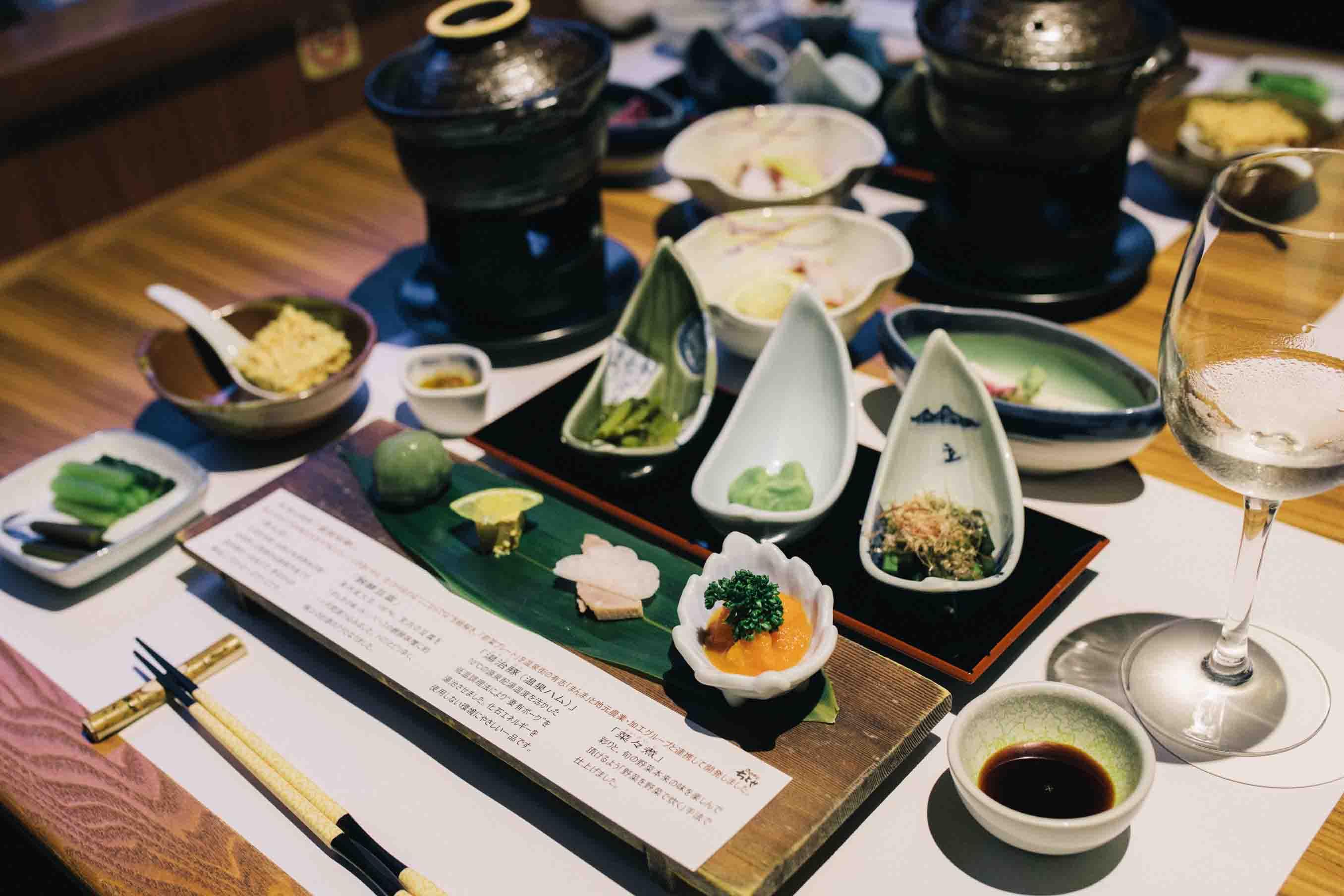 ワラビ、そら豆、ふきのとうといった山菜の小鉢、さまざまな郷土料理が並びます
