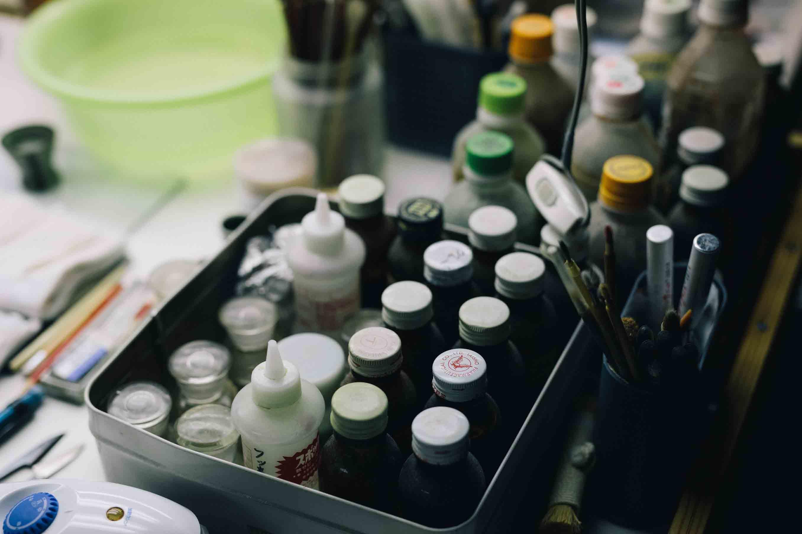 染料や薬剤が並びます