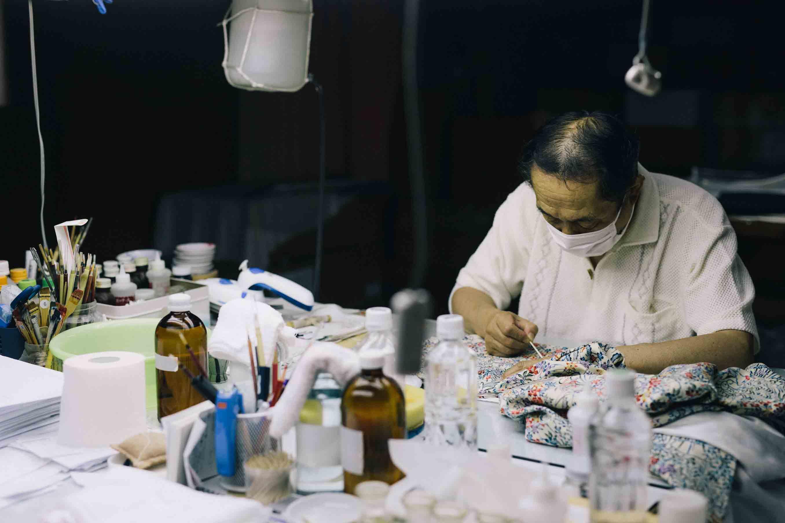生地と汚れの種類によって使う薬剤や落とし方も様々。机には色々な薬剤や道具が並びます