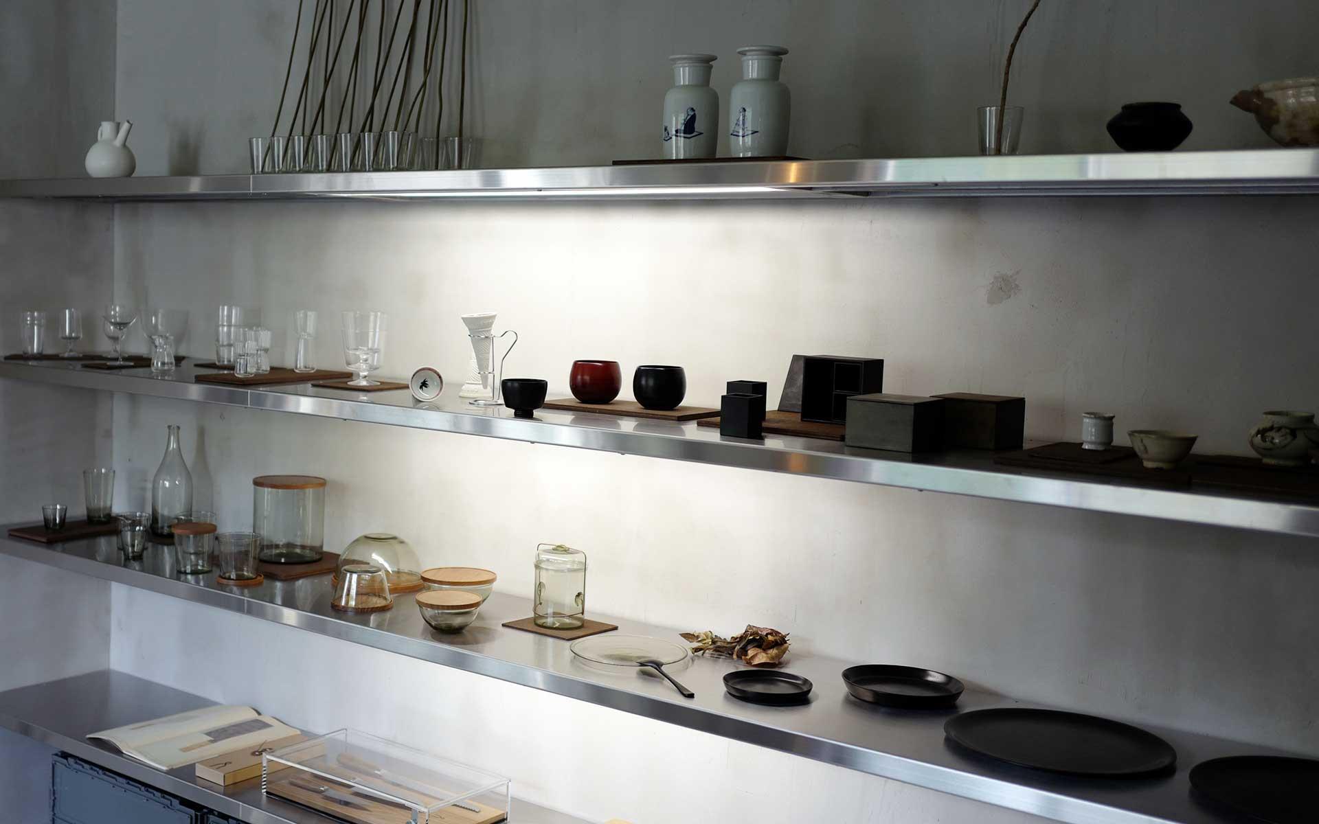 真喜志奈美さんと竹島智子さんの共同プロジェクト〈Luft〉によるラワン材やステンレスなど、素材感を活かしたソリッドな内装