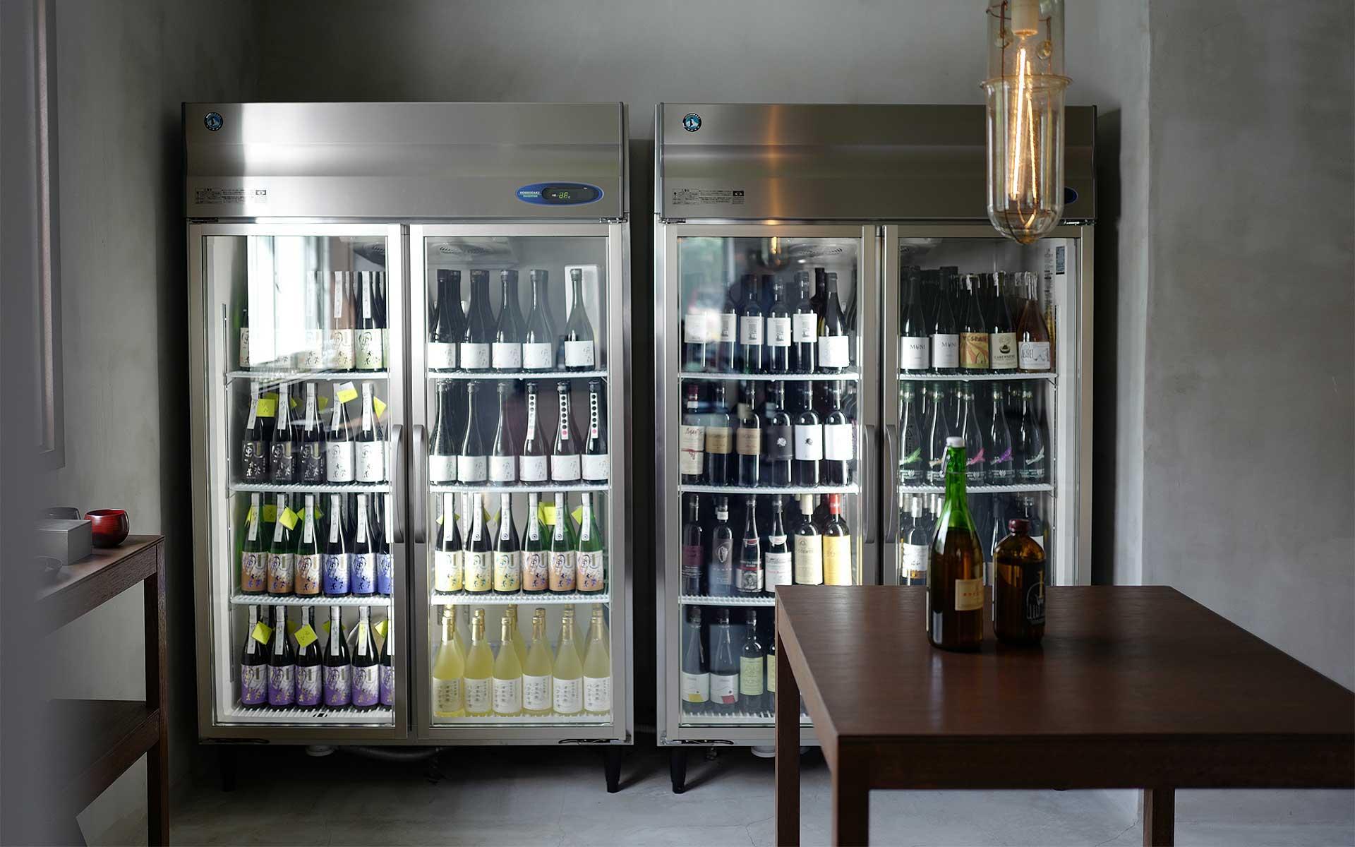 珍しい自然派ワインやクラフトジンと充実の冷蔵庫