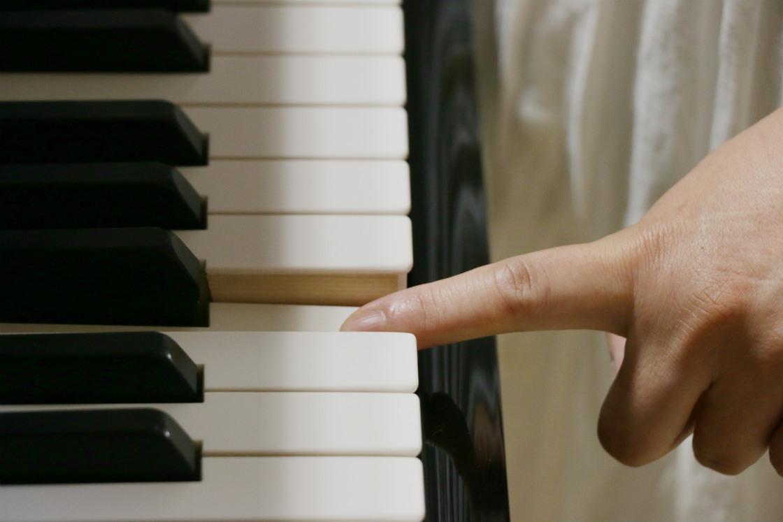 鍵盤を弾いているところ