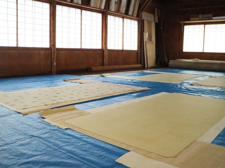 広い空間に台紙を敷いて作業します