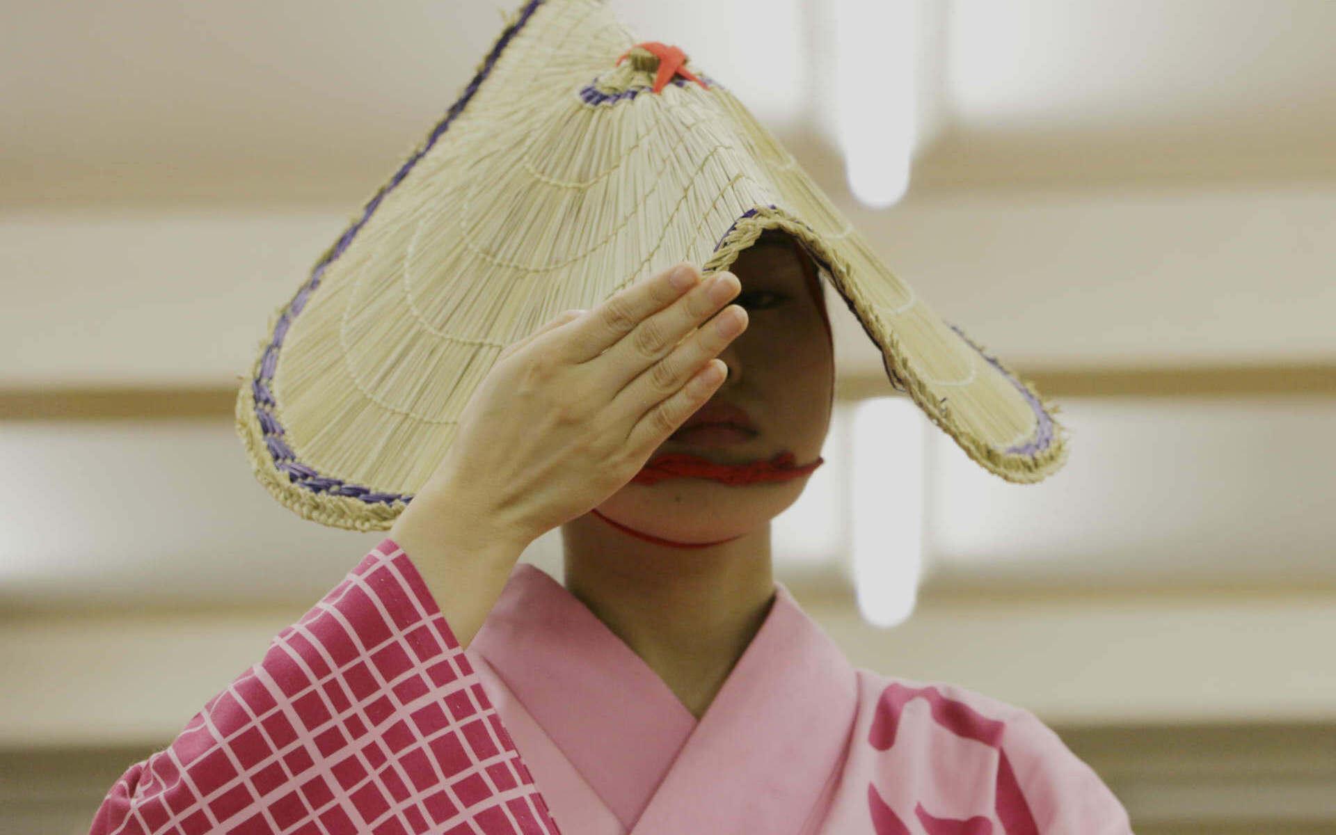 300年続く照れ隠し。顔を見せないことで洗練された伝統の踊り