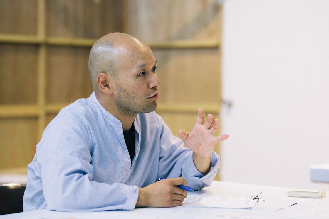 浅川雄太さん。キナーレ回廊内に建つ、仮設の事務所にて