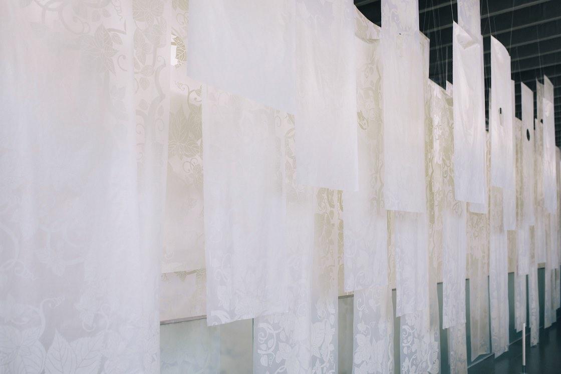 館内には芸術祭期間外も楽しめる常設の作品が展示されています。こちらは地元・十日町にゆかりのあるオリジナルの模様を描いた眞田岳彦氏の作品、「大地をつつむ皮膚」 十日町文様 カラムシ唐草'13