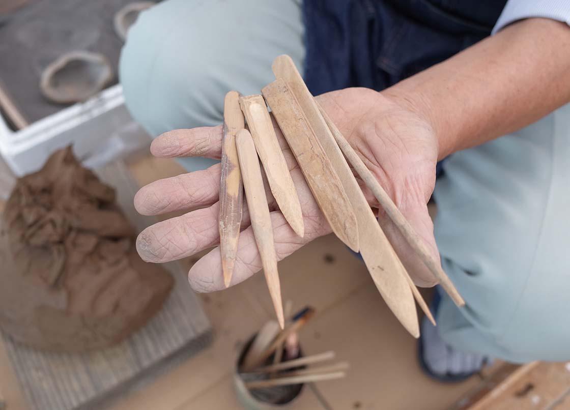成形に使うヘラと職人野口さんの手