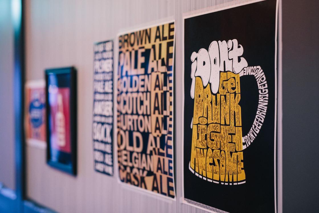 ALE店内、壁のポスター