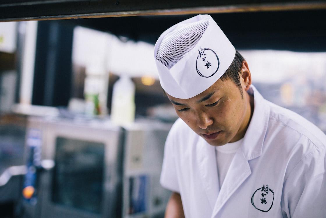 高橋優介さん。お隣津南町や東京の飲食店経験後、10年前から「たか橋」で日々腕をふるっています