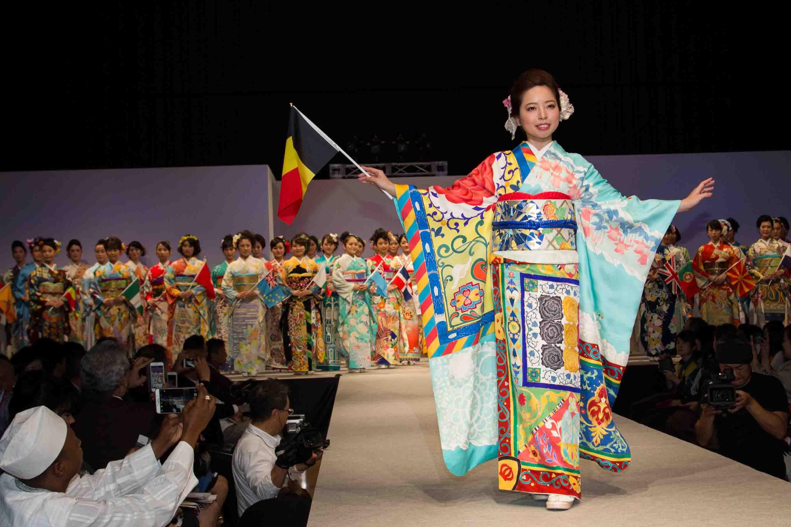 ベルギーの振袖。世界遺産のお祭り衣装や王宮のガラスの温室などをモチーフに描かれている
