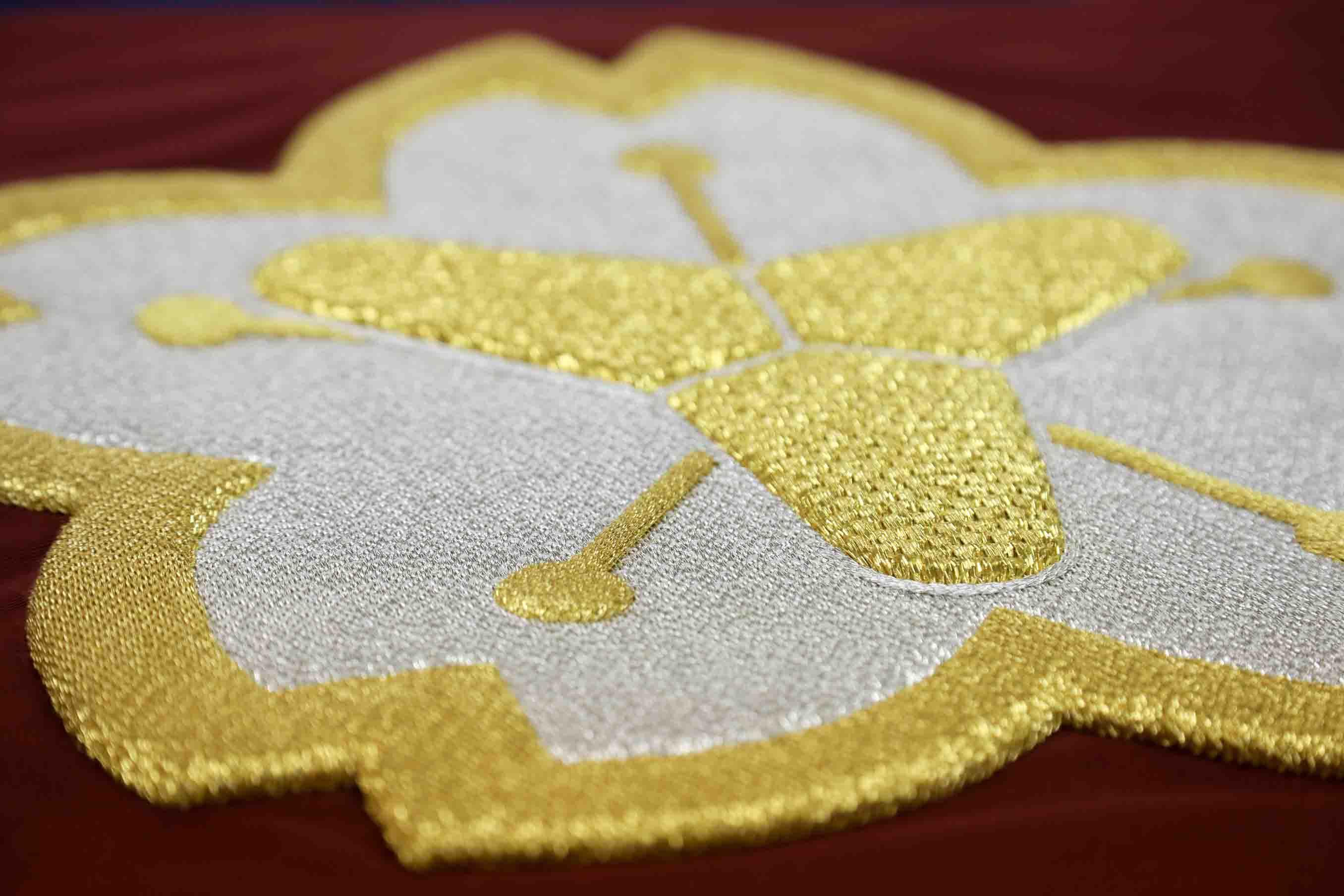 一般的な手法で作られた旗。多くの旗は、生地の上に刺繍を施して仕上げるのだそう