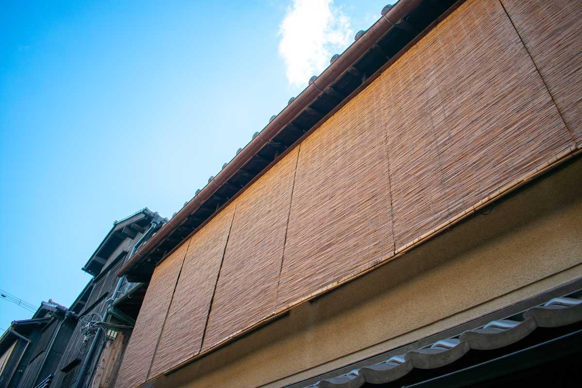 2階のすだれは目隠しの意味もあり、京都の町家では一年中掛けられています