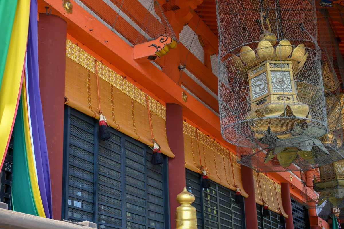 八坂神社の御簾。一般に使われる現在のすだれよりも、豪華な装飾がなされています