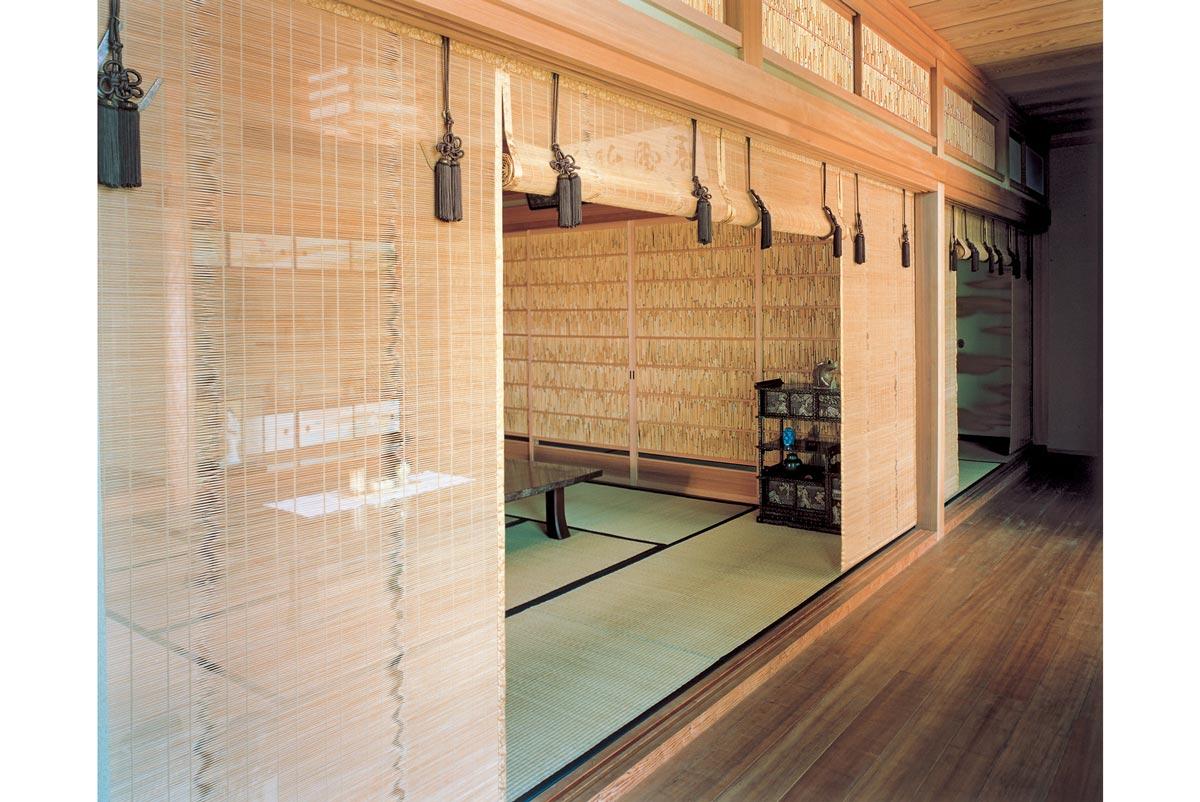 建具を夏障子とすだれに取り替えた、京都の夏座敷