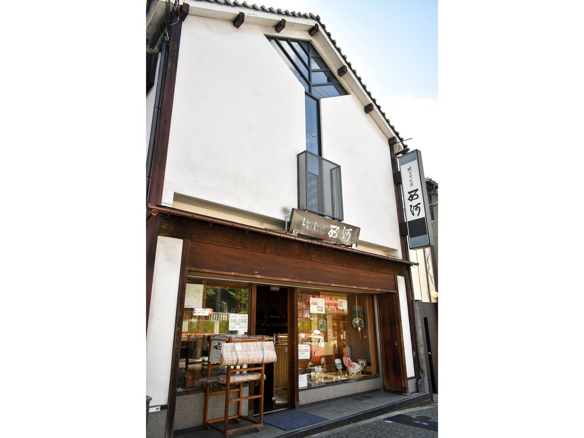 老舗すだれ店・西河。八坂神社の目の前に店を構えています