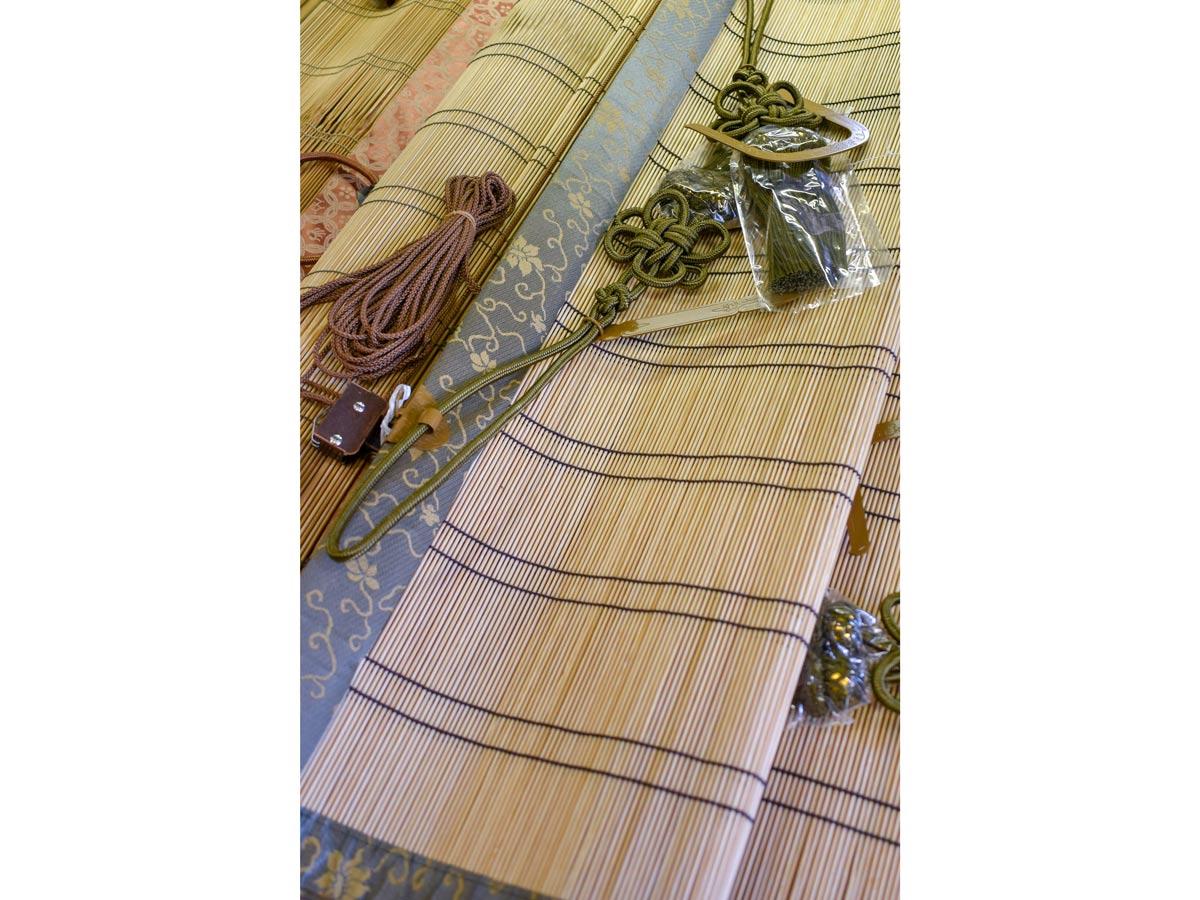 お座敷すだれ。2mmほどの太さの竹ひごで編まれており、西陣織の縁も美しい