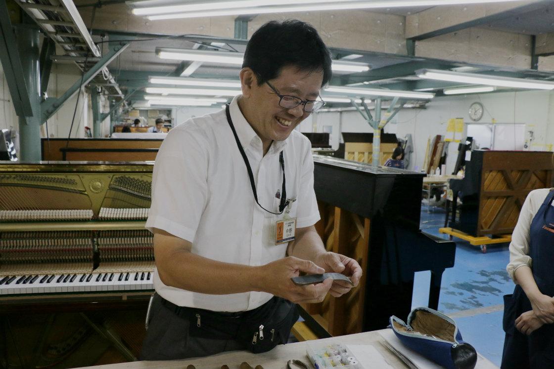 使い慣れた道具を手に熱弁する、島村楽器のピアノ調律師、中野さん