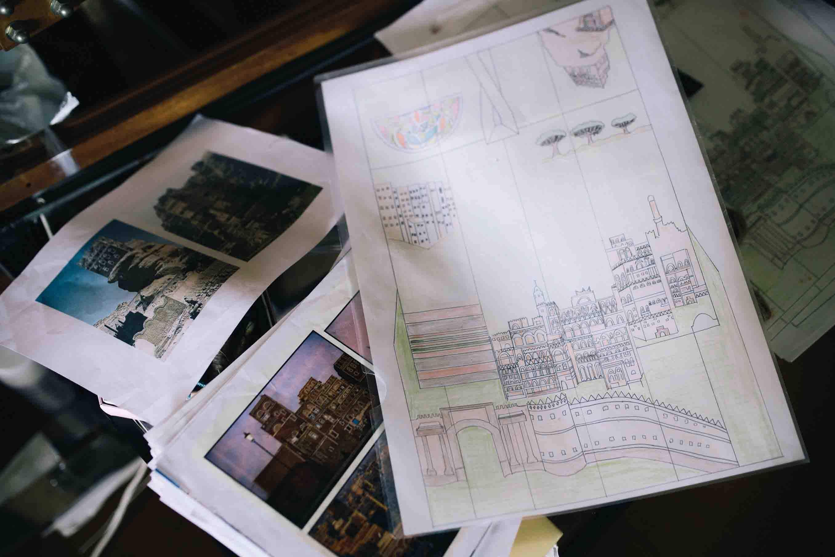 写真を参考にデザインされた図案。イエメンの特徴的な城壁や建物、世界遺産にも登録されている、ソコトラ島の木も描かれている