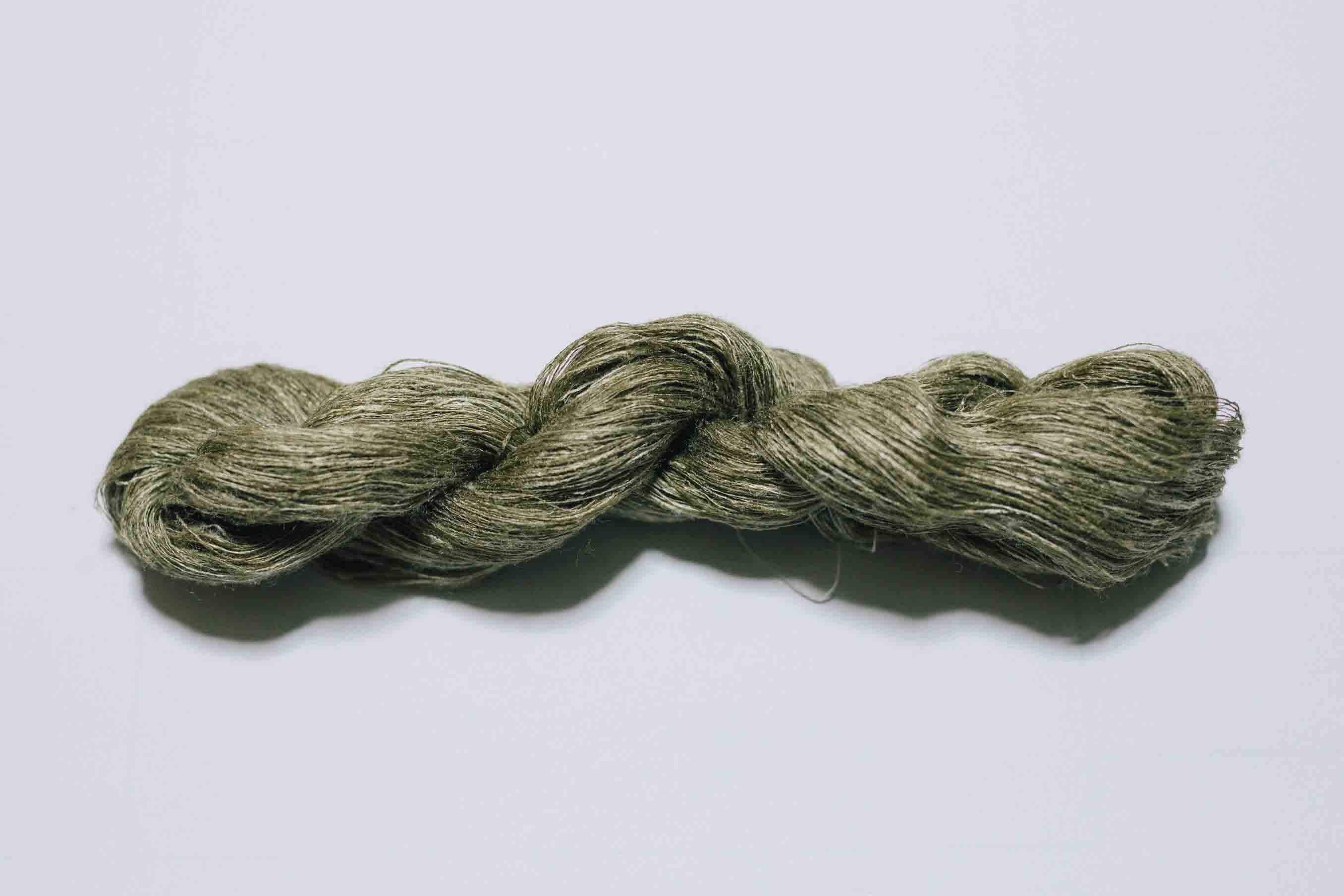 野蚕糸とは、野生の蚕を用いて紡がれた天然のシルク糸。独特の風合いのある色が砂漠のイメージにぴったりです
