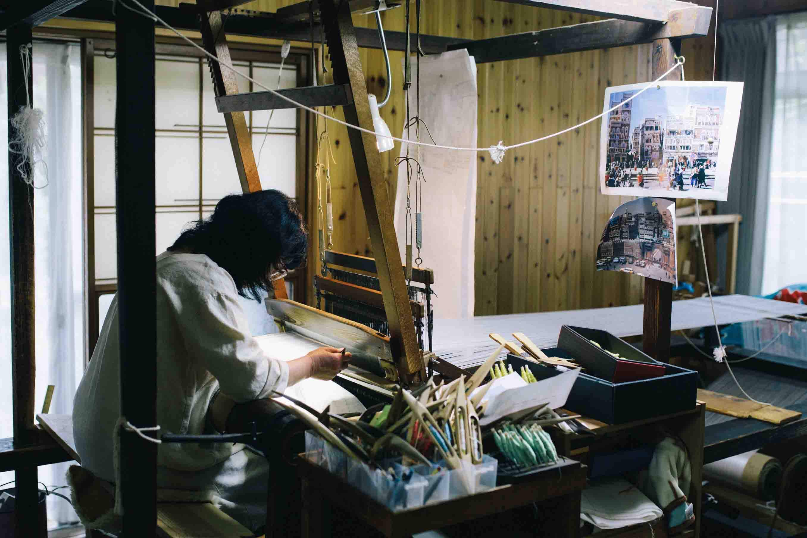 織機を扱う市村久子さん