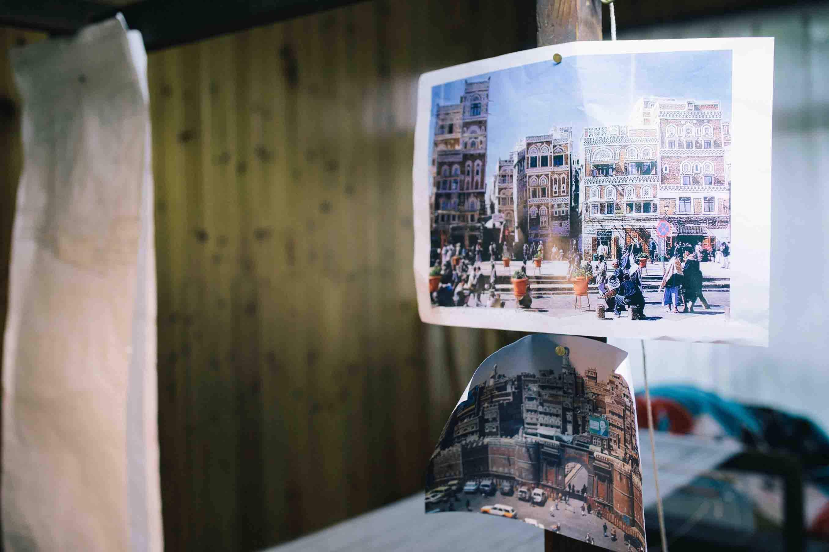 イエメン大使館から提供されたイエメンの街並みの写真は織機の柱に貼られていました