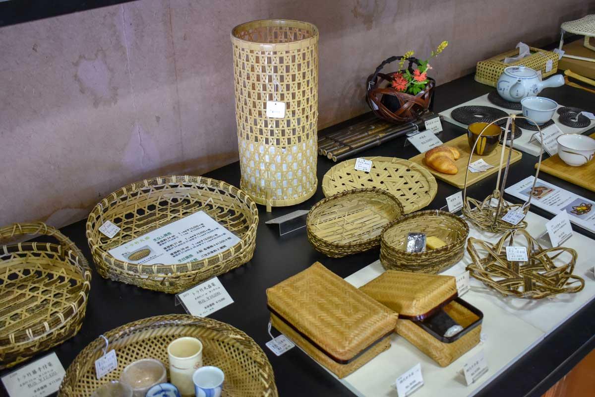 西河ではすだれ以外の京竹工芸も扱っており、海外の方も多く訪れます