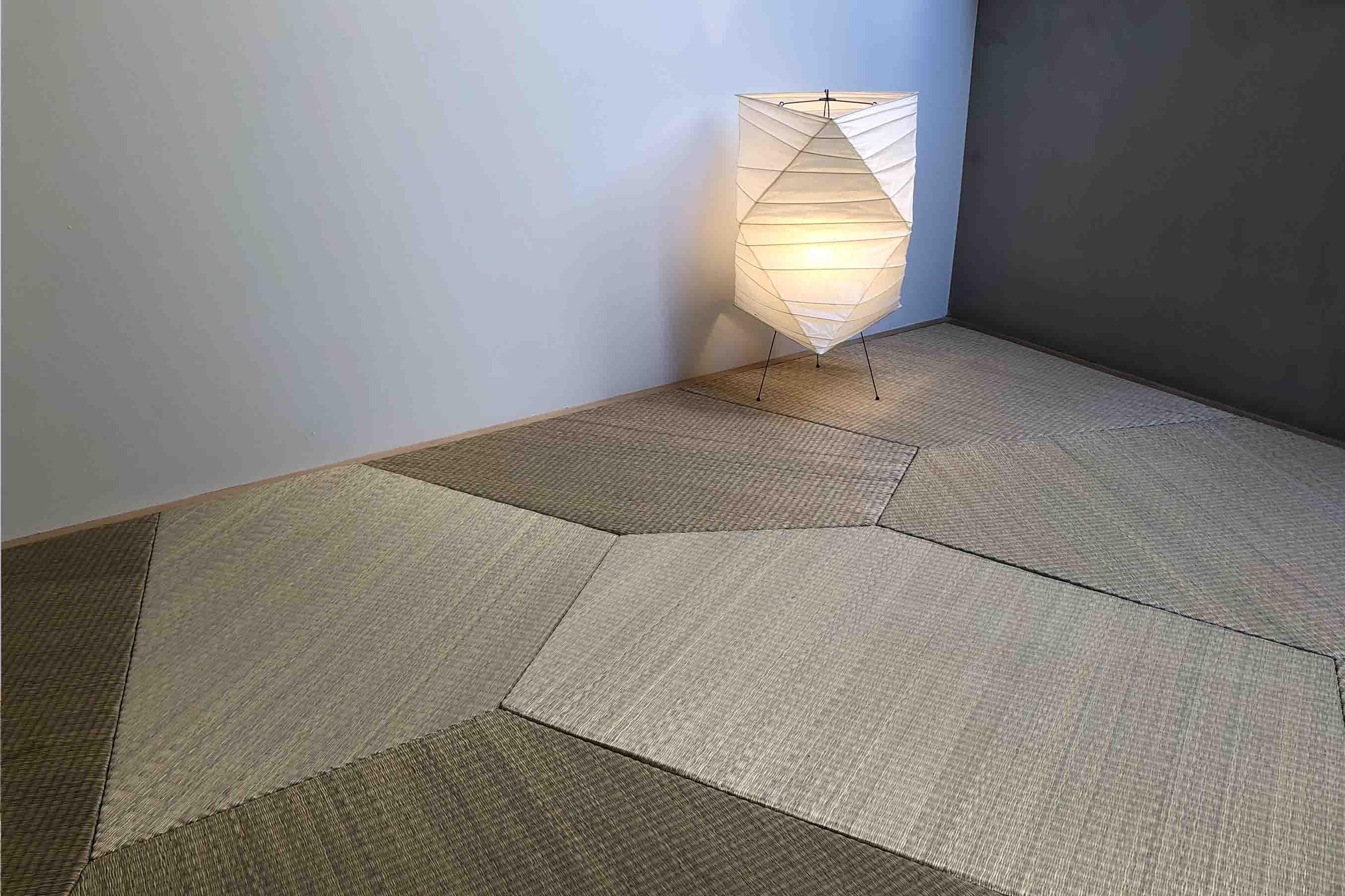 この畳はすべて同じ素材、降り方で作られたものですが、ものによって色が違って見えます
