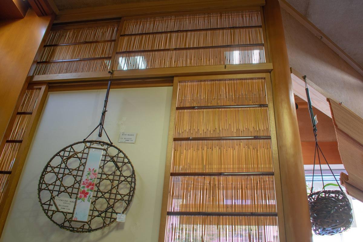 竹ひごを使った建具が涼やかな店内