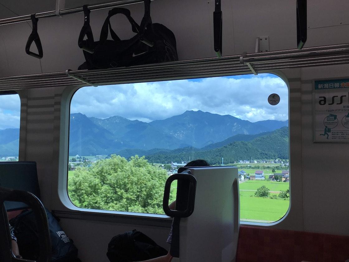 キナーレに向かう途中、車窓から見えた越後妻有の景色。窓枠がそのまま1枚の絵のよう