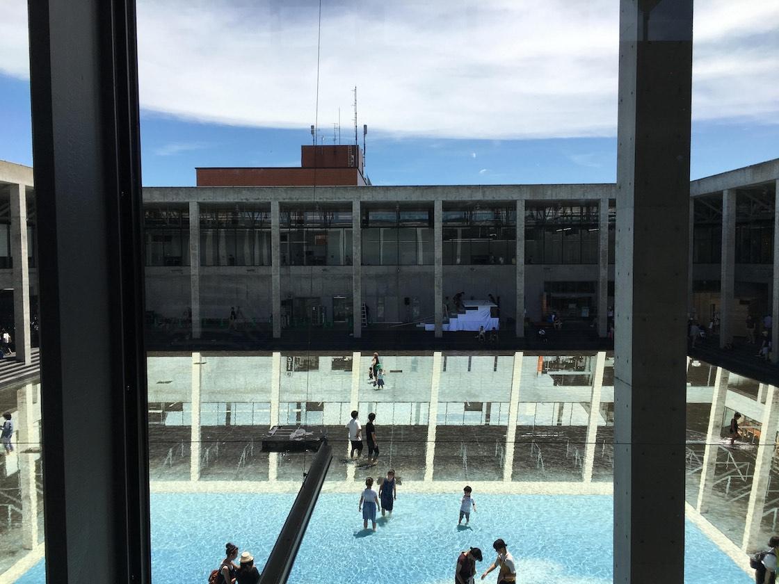 実は先ほどの中庭は、今年東京の森美術館で開かれた個展が歴代最高来場者数を誇った、レアンドロ・エルリッヒの新作。2階から眺めると‥‥?