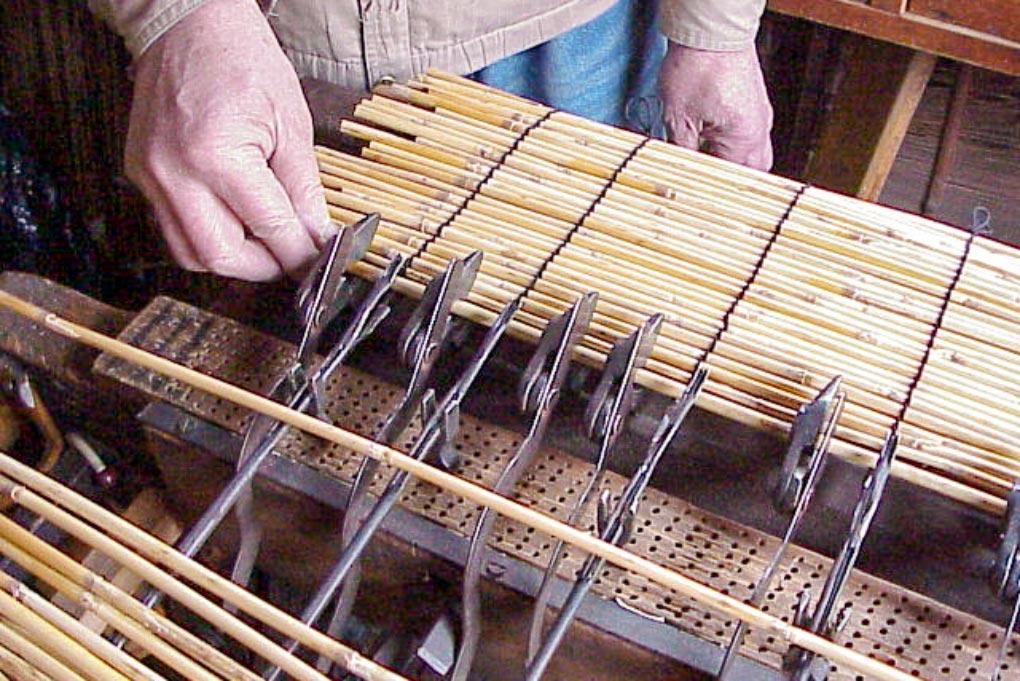 手動式の機械ですだれを編み上げていきます。こちらは葦の外掛けすだれを編んでいるところ