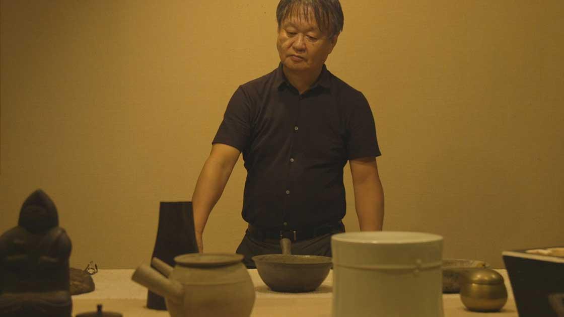 展示作品を選ぶ深澤直人(映像:岡本憲昭)
