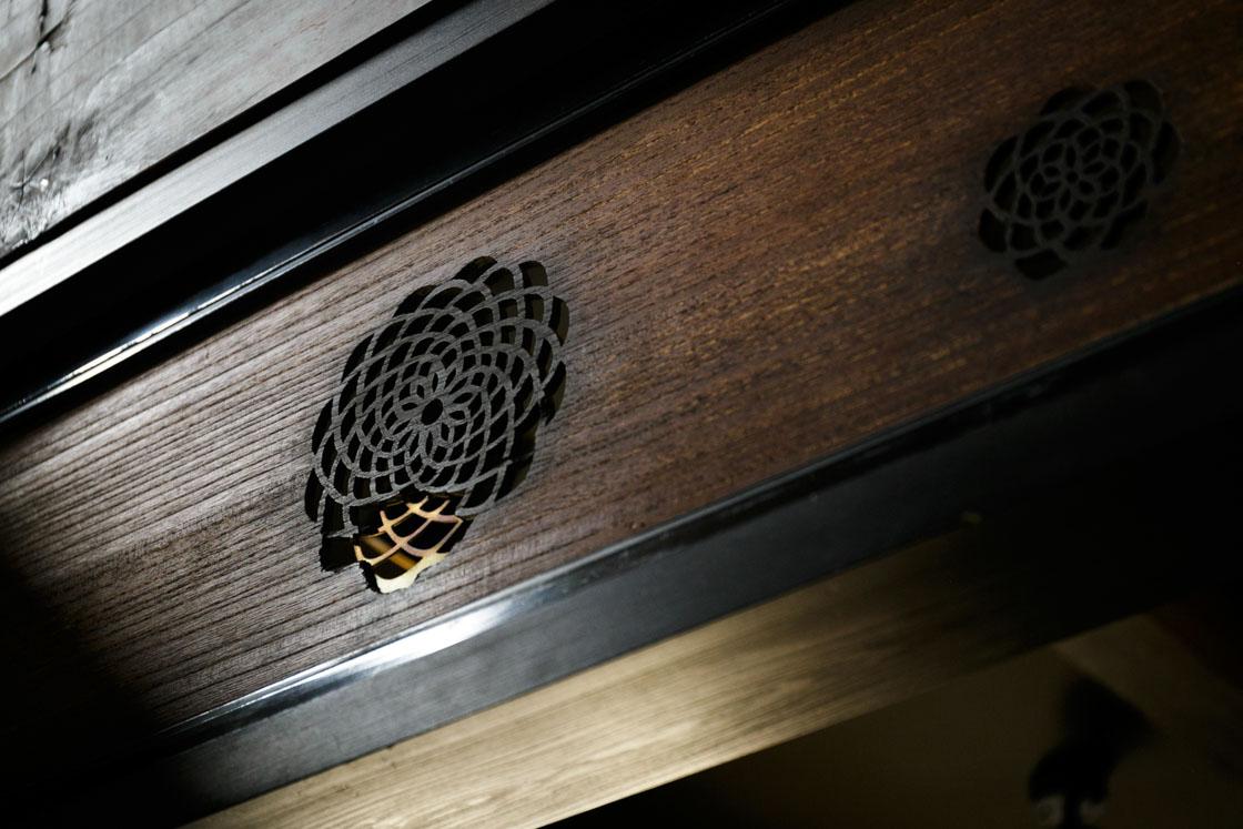 欄間の透かし彫りの欠けていた部分を、金継ぎで直している