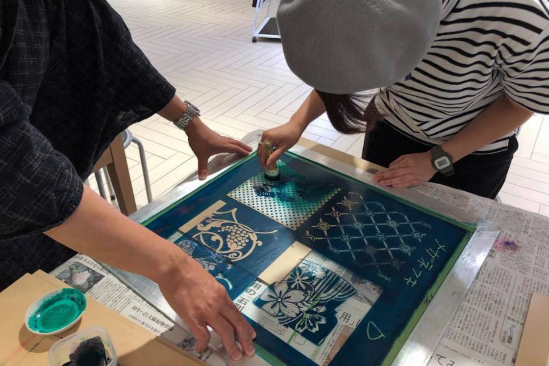 SOOでは、オリジナルの「おふき」を染められるワークショップを開催。京友禅の染めの工程などを伝えています