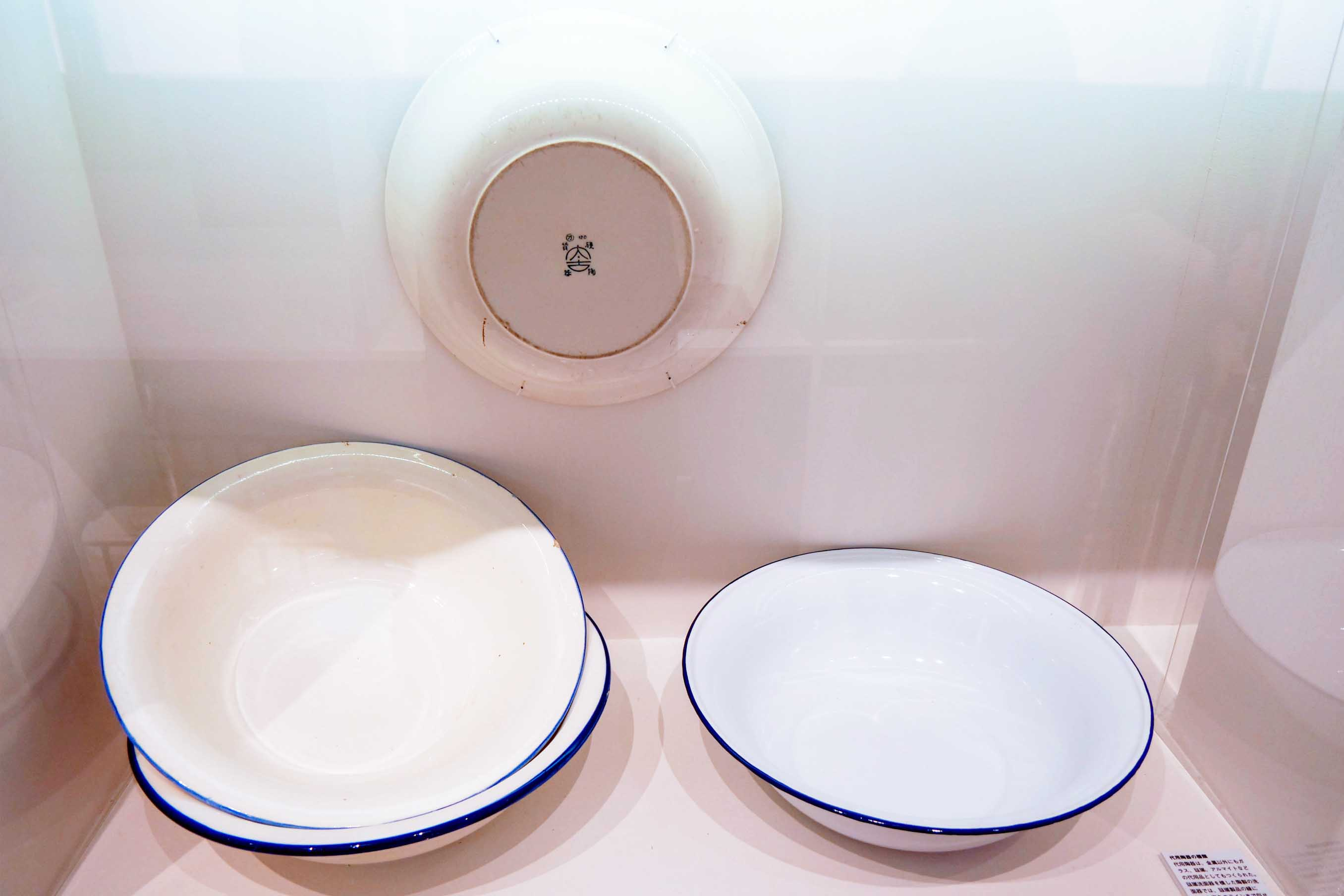 どちらが琺瑯か迷うほど似せて造られた洗面器