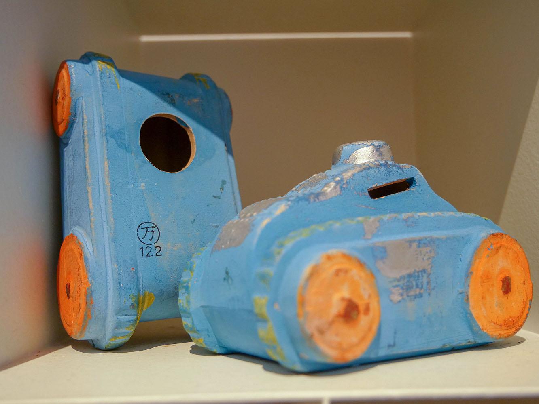 戦車の形をした貯金箱。色使いがかわいらしい