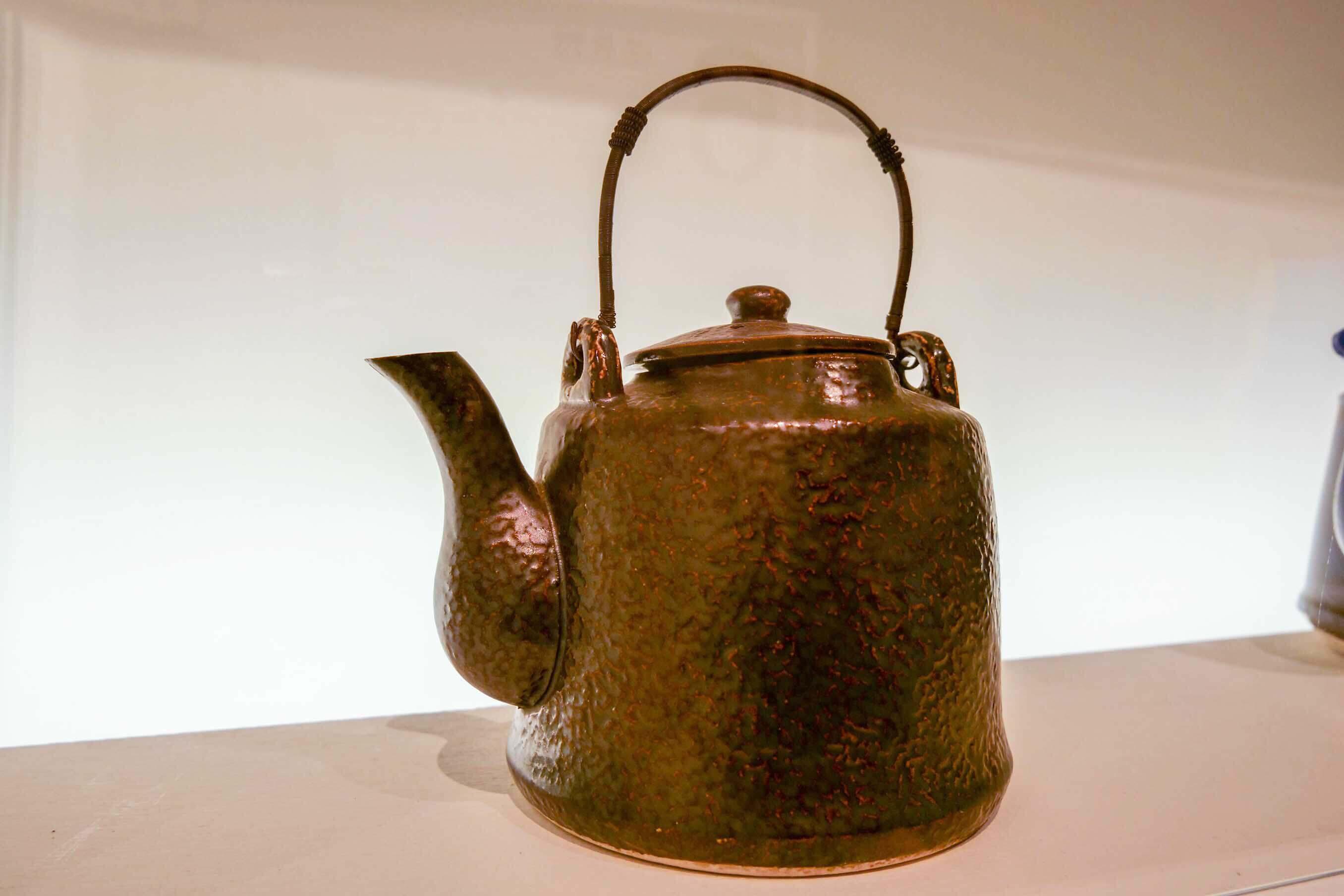 鉄瓶を模した陶製やかん。表面に凹凸をつけ、鉄瓶の質感も表現されていました