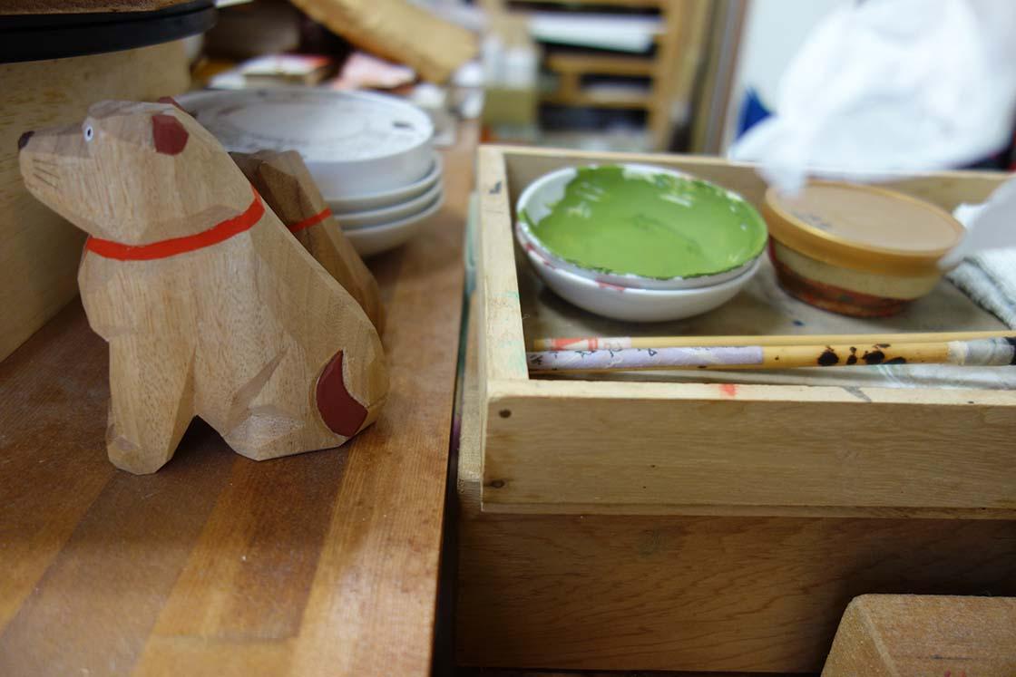 一刀彫りで作られた木の犬と道具