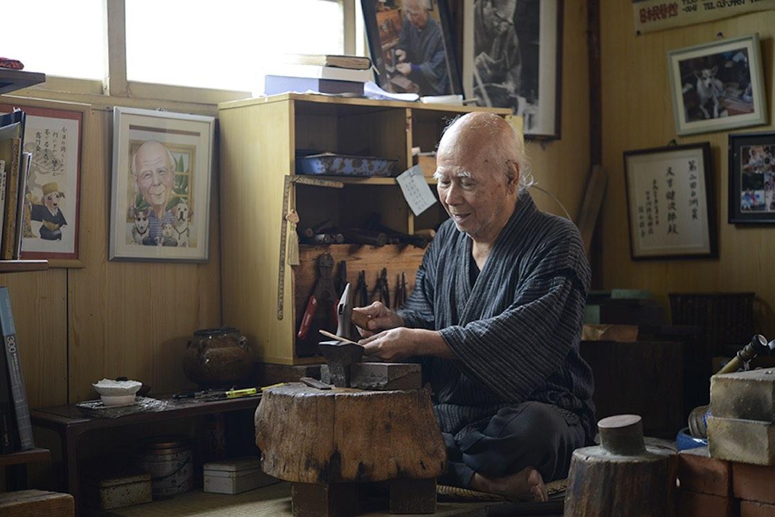工房またよしの又吉健次郎さん。87歳。首里王府の命により中国に渡って金細工の技術を修得した初代から数えて7代目です