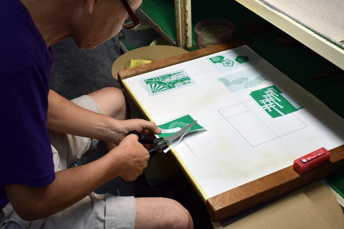 ピンキングはさみを使い、一枚一枚手作業でカットしていく