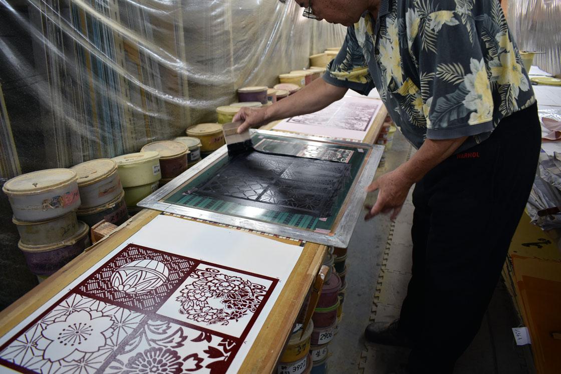 「おふき」も着物と同じように型染めされます。こちらの職人さんは40年のベテランです