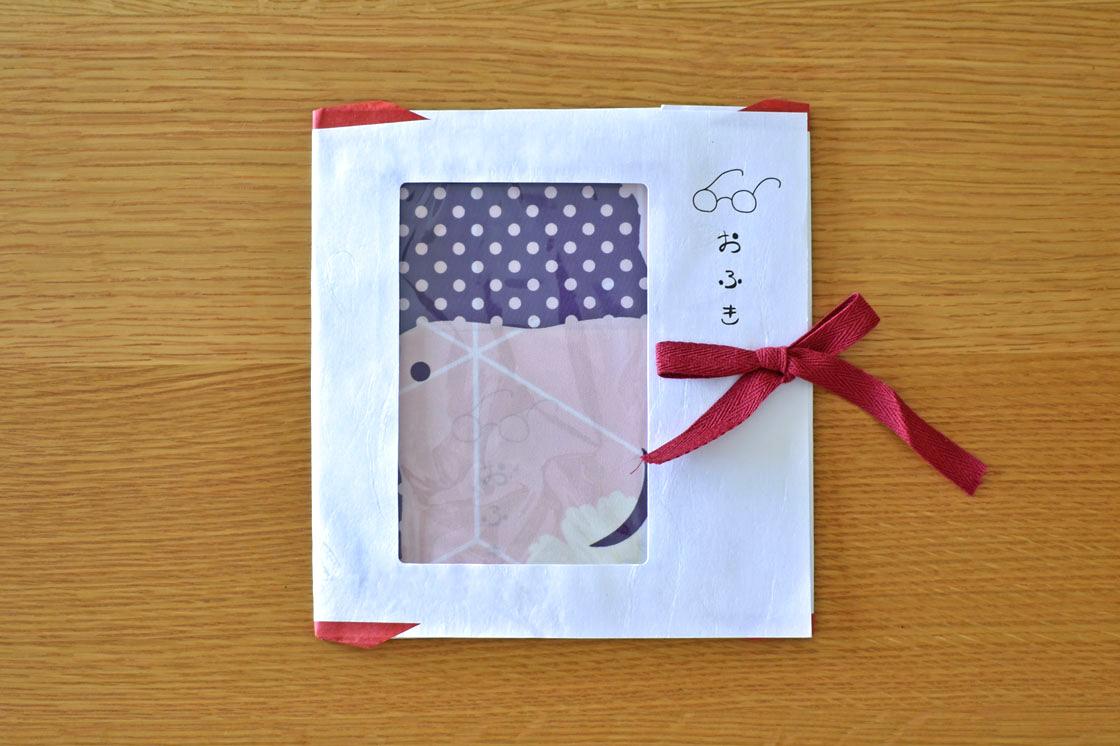 着物を保管しておく際に使う「たとう紙」を使用した、こだわりのパッケージ