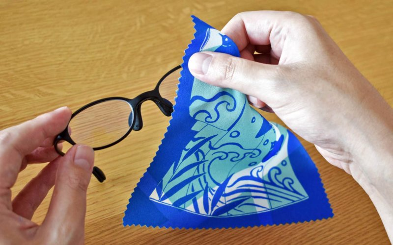 メガネを拭くおふき